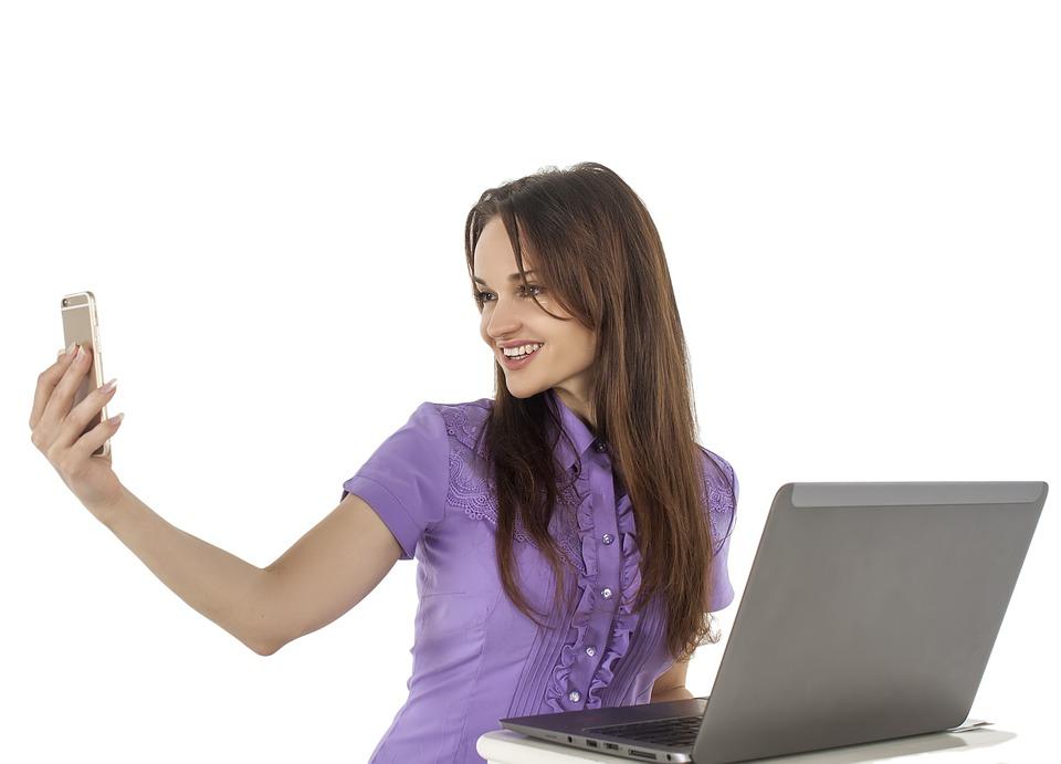 dívka s mobilem a notebookem