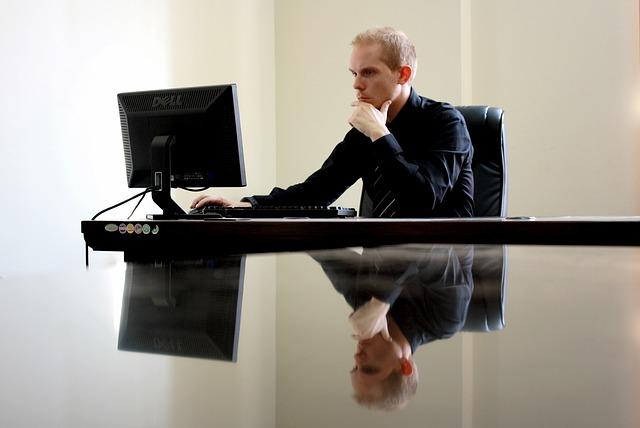 křeslo a počítač
