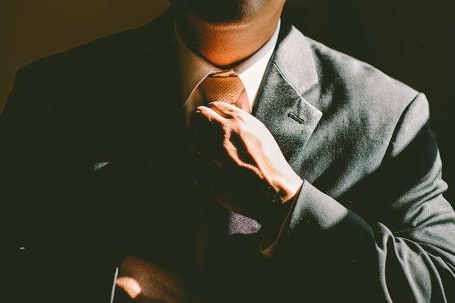 člověk s kravatou