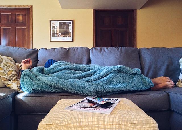 spánek na gauči