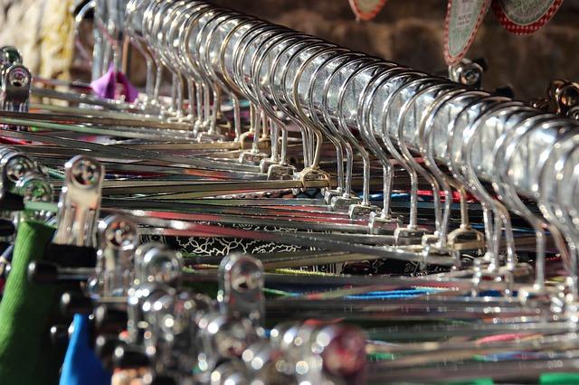řada plastových ramínek s textilem